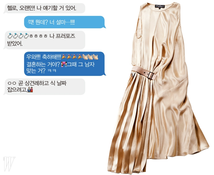 오른쪽으로 비대칭 주름이 잡힌 우아한 슬리브리스 드레스는 살바토레 페라가모 제품.