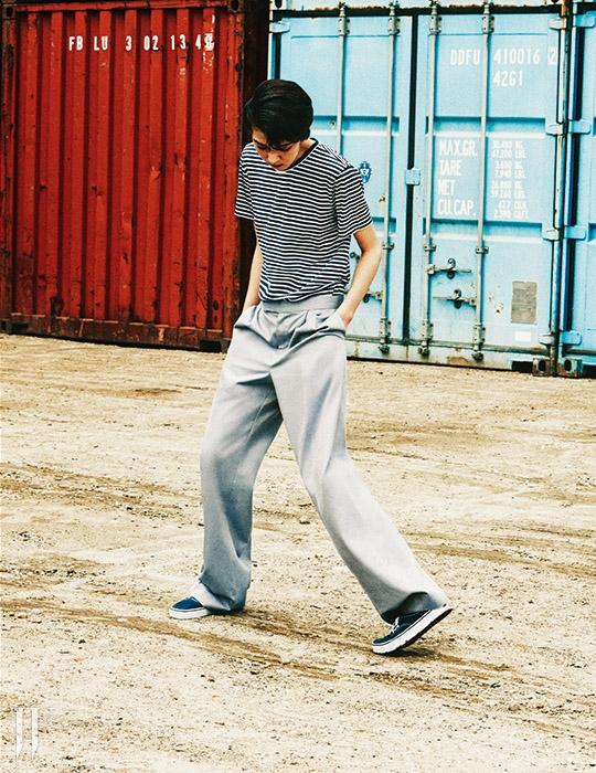 줄무늬 티셔츠는 반하트 디 알바자 제품. 13만8천원. 면 소재의 와이드 팬츠는 김서룡 옴므 제품. 59만8천원. 스니커즈는 반스 제품. 6만9천원.