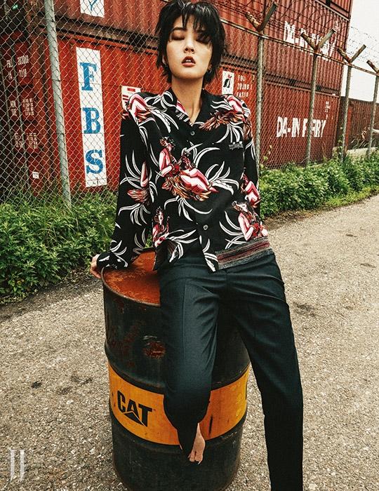 실크 소재의 꽃무늬 셔츠는 프라다 제품. 80만원대. 검은색 슬랙스 팬츠는 메종 마틴 마르지엘라 제품. 50만원대.