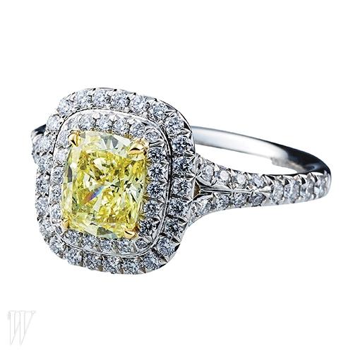 옐로 다이아몬드 주변을 비드 세팅된 화이트 다이아몬드가 둘러싸고 있는 솔리스트(Soleste) 링은 티파니 제품. 가격 미정.