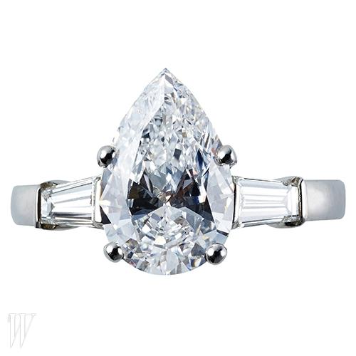 2캐럿의 페어 컷 다이아몬드를 중심으로 양 옆에 테이퍼드 바게트 컷 다이아몬드를 세팅한 하이주얼리 컬렉션은 불가리 제품. 가격 미정.