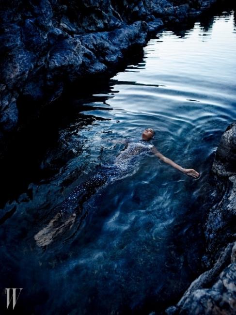 크리스털 장식의 롱 실크 드레스는 Blumarine, 목걸이는 Atelier Swarovski by Christopher Kane, 커프스는 Luigi Scialanga for Giambattista Valli 제품.