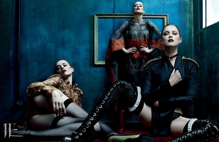 왼쪽부터 | 다마스크 패턴의 갈색 시폰 드레스는 Givenchy by Riccardo Tisci, 붉은색 브라는 Fleur of England, 브리프는 Mimi Holliday, 귀고리는 Lynn Ban, 곡선 케이블 모양의 반지는 David Yurman, 웨지힐은 Prada 제품. 초록색과 붉은색의 대조가 강렬한 레이스 원피스는 Valentino, 브라는 Morgan Lane, 귀고리는 Lynn Ban, 부츠는 Prada 제품. 밀리터리 디자인의 검은색 재킷은 Versace, 검은색 레이스 브리프는 Deborah Marquit, 오른쪽 귓불에 착용한 작은 귀고리와 검은색 링 귀고리는 모두 Repossi, 왼쪽 귀에 착용한 검은색 귀고리는 Jack Vartanian, 반지는 Stephen Webster, 레이스업 장식의 사이하이 부츠는 Alexander McQueen 제품.