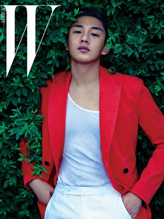 간결한 디자인의 다홍색 재킷은 Nohant, 흰색 탱크톱은 Kimseoryong Homme, 팬츠는 Zegna Couture Collection by Stefano Pilati 제품.