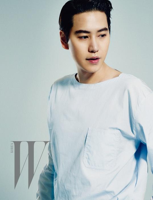하늘색 셔츠는 Hermes, 베이지색 와이드 팬츠 Kimseoryong Homme, 검은색 레이스업 슈즈는 Loake Korea 제품.