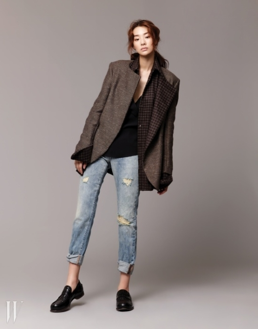갈색 오버사이즈 재킷, 갈색 체크 셔츠는 문영희 제품. 가격 미정. 안에 입은 검은색 시폰 캐미솔 톱은 자라 제품. 5만9천원. 롤업해서 연출한 보이프렌드 데님 팬츠는 리바이스 제품. 12만9천원. 검은색 위빙 로퍼는 보테가 베네타 제품. 가격 미정.