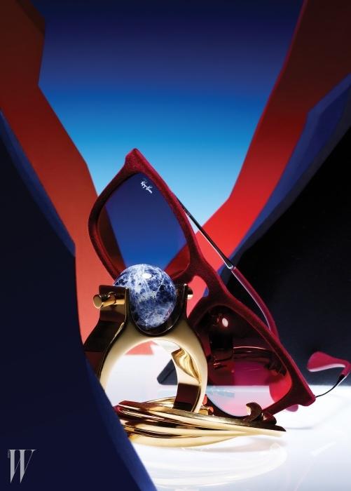 푸른색 공 모양의 원석이 이국적인 커프는 Chloe, 세 개의 링이 겹친 듯한 조형적인 형태의 금빛컨스트럭션(Construction) 커프는 Saint Laurent by Hedi Slimane, 붉은색 벨벳 소재가 돋보이는 선글라스는 Rayban by Luxottica 제품.