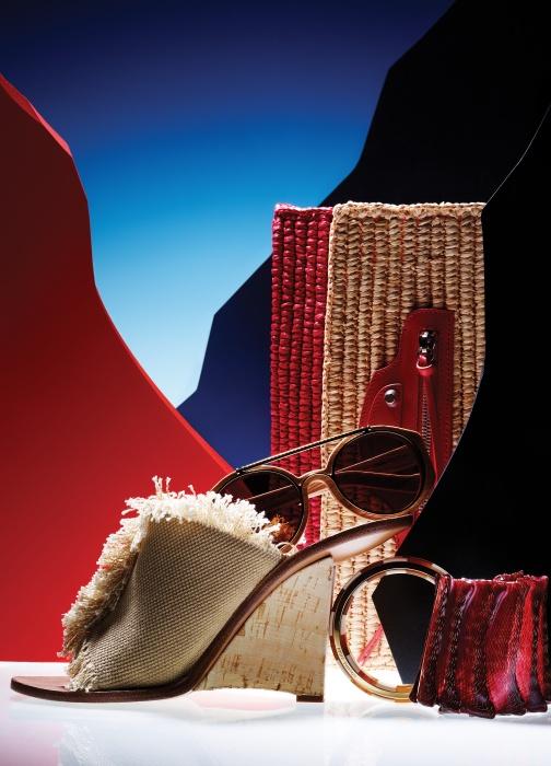 조형적인 웨지힐과 자연스럽게 해진 듯한 소재가 눈길을 끄는 뮬은 Chloe, 동그란 나무 프레임의 에이비에이터 선글라스와 기하학적 패턴의 뱅글은 Louis Vuitton, 색의 대비가 돋보이는 스트로 소재의 클래식 파니에 클러치(Classic Panier Clutch)는 Balenciaga, 붉은색으로 래커 칠을 한 메시 소재 커프는 Colette Malouf 제품.