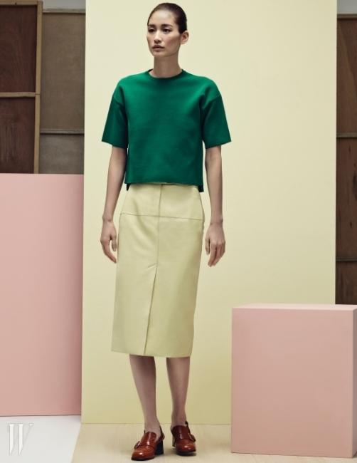 초록색 크롭트 톱은 캘빈 클라인 플래티늄 제품. 53만8천원. 레몬색 레더 스커트는 에르메스 제품. 가격 미정. 클래식한 디자인의 버클 장식 슬링백은 마르니 제품. 1백5만원.