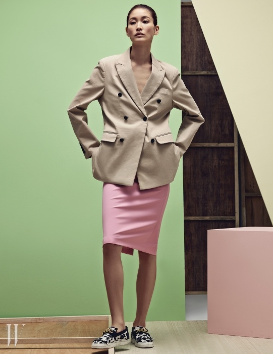 베이지색 더블 브레스트 면 재킷은 노앙 제품. 34만4천원. 핑크색 H라인 스커트는 자라 제품. 6만9천원. 송치 소재의 슬립온 슈즈는 쥬세페 자노티 제품. 1백28만원