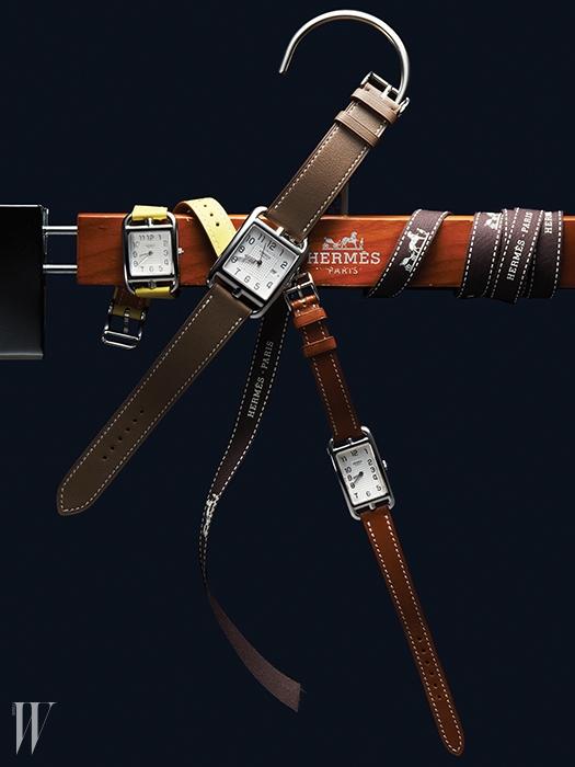 레몬색 가죽 스트랩과 반짝이는 실버 케이스의 조화가 아름다운 케이프코드 난투켓 라인 시계. 가격 미정, 부드러운 악어가죽 스트랩을 사용한 회색 케이프코드 시계는 4백만원대. 러그 모양의 케이스가 우아함을 표현해주는 클래식한 갈색 케이프코드 시계는 가격 미정. 에르메스 제품.