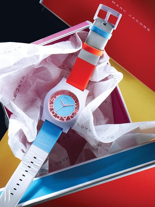알록달록한 컬러 조합이 경쾌함을 주는 나일론과 가죽 혼합 스트랩 시계는 33만원. 마크 by 마크 제이콥스 by 파슬 코리아 제품.