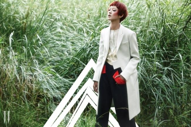 밝은 민트 색상이 돋보이는 울 소재의 밀리터리 코트, 실크 블라우스, V 네크라인의 실크 시폰 카디건, 붉은색 밴드 장식의 검정 플란넬 팬츠, 튤 장갑은 모두 Givenchy by Riccardo Tisci 제품.