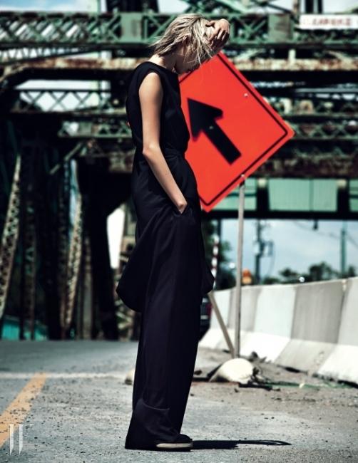 울 소재 슬리브리스 드레스, 폭이 넓은 팬츠, 앵클부츠는 모두 Ann Demeulemeester 제품.