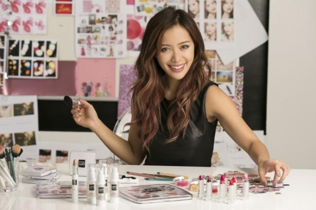 여러 셀러브리티를처럼 보이는 화장법으로 유투브 스타에서 색조 메이크업 브랜드 경영자가 된 미셸 판.