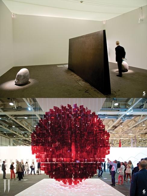 5.  전시에서 선보인 이우환의 설치 작업. 6. 훌리오 르파르크의 'Continuel Mobile-Sphere Rouge'.