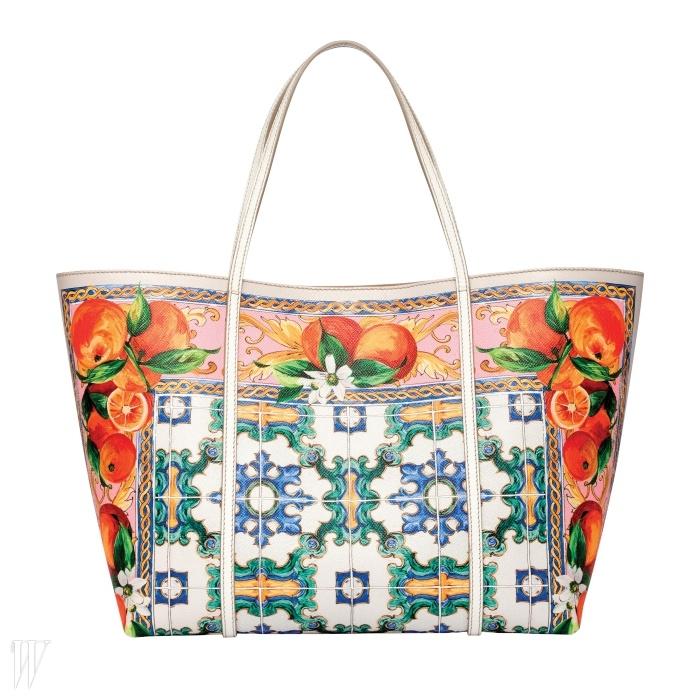 싱그러운 과일 패턴의 스카프가 프린트된 쇼퍼백은 돌체&가바나 제품. 2백61만원.