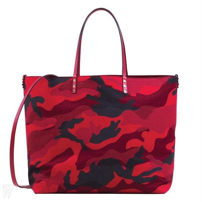 강렬한 카무플라주 패턴이 담긴 쇼퍼백은 발렌티노 제품. 1백96만원.