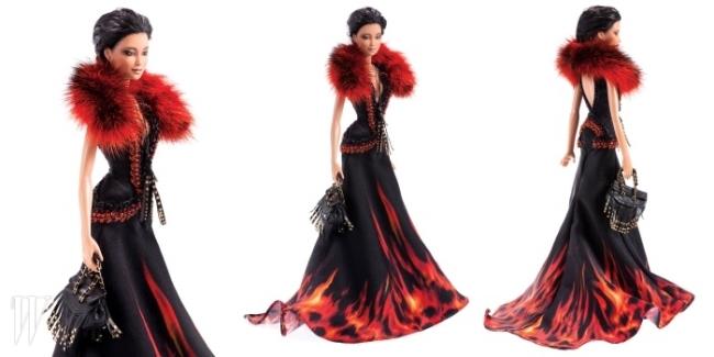 F/W 컬렉션에 등장한 드레스와 백을 그대로 재현한 로베르토 카발리의 인형.