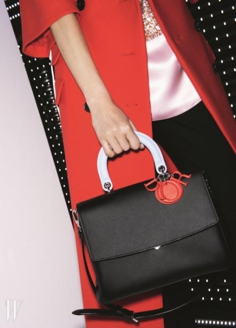 Dior -BE DIOR BAG   '클래식'은 영원하다. 라프 시몬스의 진두 지휘 아래 빚어진 디올의 뉴 클래식 백은 그 이름에서 자신감이 묻어난다. 'Be Dior'! 무슈 디올이 창조한 여성미를 고스란히 간직한 채로 동시대의 세련미를 불어넣은 이 백의 가장 큰 특징은 핸들과 바디, 로고 참의 색상 대비. 간편한 이중 잠금 시스템과 탈부착이 가능한 스트랩은 바쁘고 욕심많은 현대 여성을 위한 배려다. 5백만원대.02-513-3232
