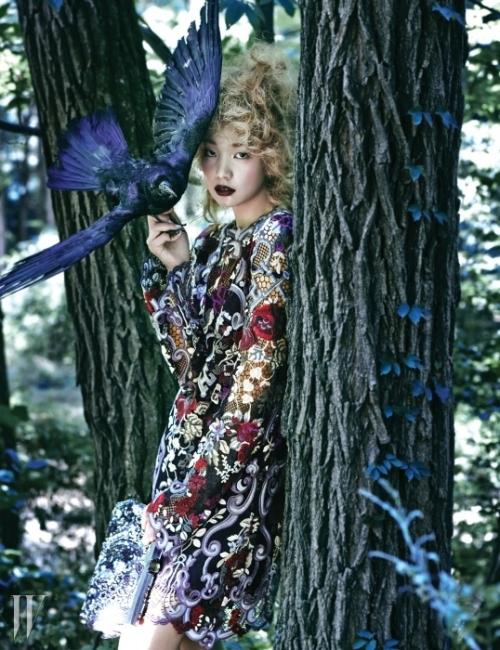 견고한 자수와 레이스로 완성한 아일릿 미니 드레스와 화려한 주얼과 스팽글 장식 클러치는 모두 Dolce& Gabbana 제품.