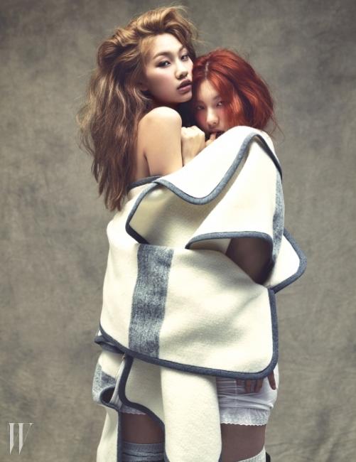 담요처럼 푹신한 감촉과 큼직한 볼륨감이 특징인 울 소재의 판초형 코트는 Chloé 제품.
