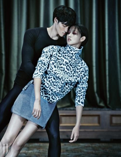 레오퍼드 프린트의 터틀넥 니트, 슬릿이 들어간 회색 미니 스커트는 Vanessa Bruno 제품.