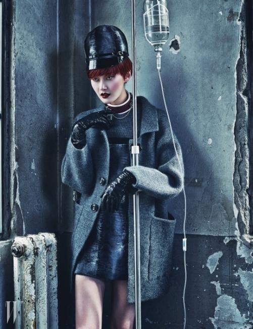 그러데이션이 돋보이는 페이턴트 가죽 챙 장식의 모자, 자물쇠 장식의 가죽 초커, 깊이 있는 회색의 미니 시프트 드레스, 여유 있는 실루엣의 코트, 긴 장갑은 모두 Dsquared2 제품.