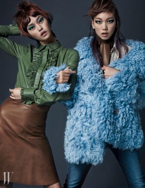 왼쪽 황세온이 입은 가죽 프릴 셔츠와 A라인 레더 스커트, 오른쪽 이호정이 입은 베이지색 실크 셔츠와 보이프렌드 데님 팬츠, 풍성한 퍼 코트, 가죽 스카프는 모두 Gucci 제품.