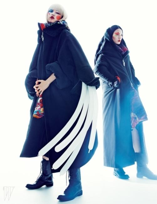 왼쪽의 김진경이 입은 거대한 집업 코트와 투박한 부츠, 오른쪽의 이혜승이 입은 후드가 달린오버사이즈 집업 코트와 가죽 부츠는 모두 Yohji Yamamoto 제품.