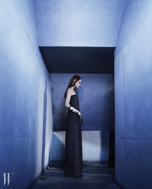 검은색 점프수트와 꽃이 그려진 긴 가죽 장갑, 검정 부티는 Dior 제품.