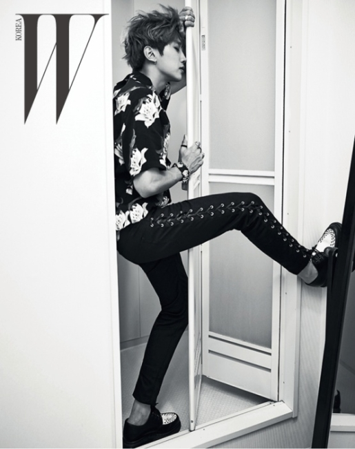 진영이 입은 꽃무늬 셔츠는 Wacko Maria by Tom Greyhound, 검은색 데님은 Saint Laurent, 스터드가 박힌 클리퍼 슈즈는 Dr. Martens, 가죽 팔찌와 실버 체인 팔찌는 Monday Edition, 실버 반지는 Royalpiece 제품, 검은색 반지는 스타일리스트 소장품.