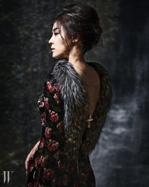 꽃송이 모티프, 깊게 파인 등 라인을 타고 호사스러운 퍼를 배치한 미니 드레스는 Blumarine,십자가 펜던트 목걸이는 P by Panache 제품.