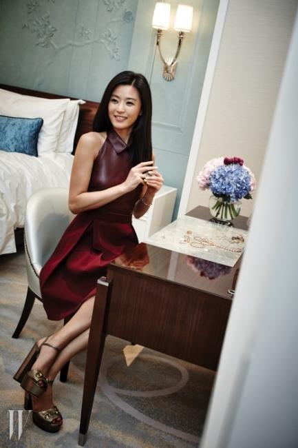 전지현이 착용한 초콜릿 색상의 나파 가죽 소재가 매혹적인 F/W 컬렉션 드레스와 메탈릭한 홀스빗 장식 샌들, 그리고 주얼리는 모두 Gucci 제품.