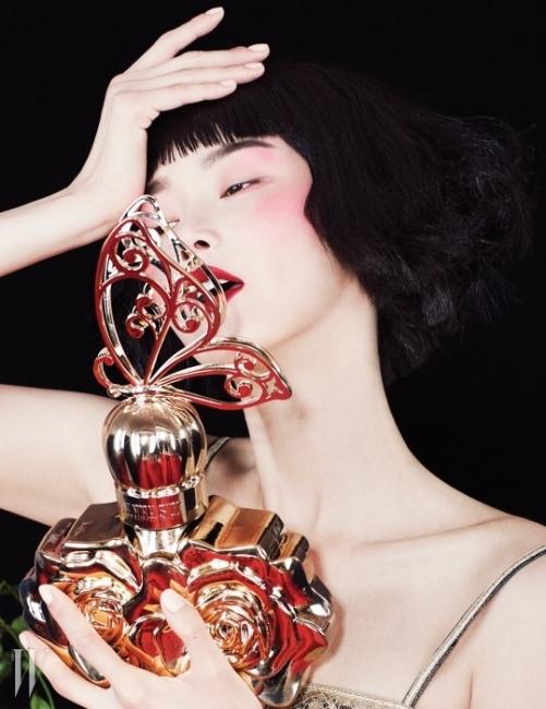 모델 이혜정의 품에 안긴 향수는 라뉘드보헴 오드투왈렛, Anna Sui 제품.