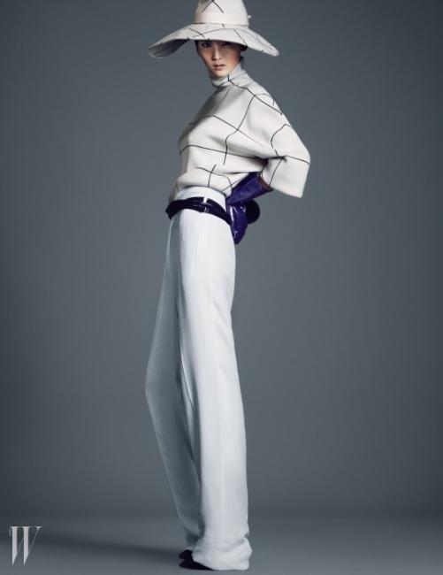 격자무늬 터틀넥과 폭이 넓은 팬츠, 벨트, 가죽 장갑, 모자는 모두 Tod's 제품.