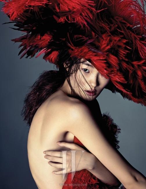 모자로 걸친 깃털 장식의 빨강 블라우스는 Jihaye Couture, 빨강 뷔스티에 드레스는 Jaison Couture 제품.