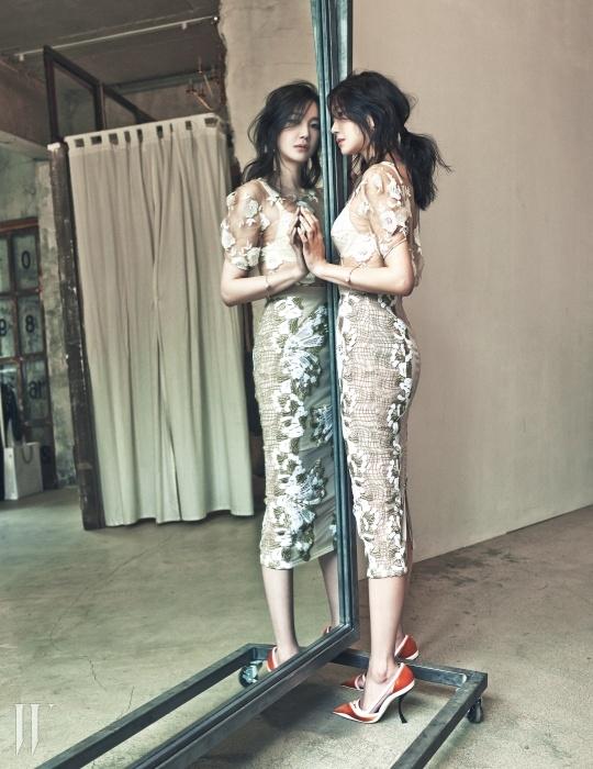 꽃 아플리케 장식의 시스루 톱과 미디렝스 스커트는 모두 Blumarine, 아이보리 톤 레이스 브라는 Wolford, 심플한 진주 장식 브레이슬릿은 Vintage Hollywood, 태슬 디자인의 골드 이어링은 Actonoon, 컬러풀한 스틸레토 힐은 Dior 제품.