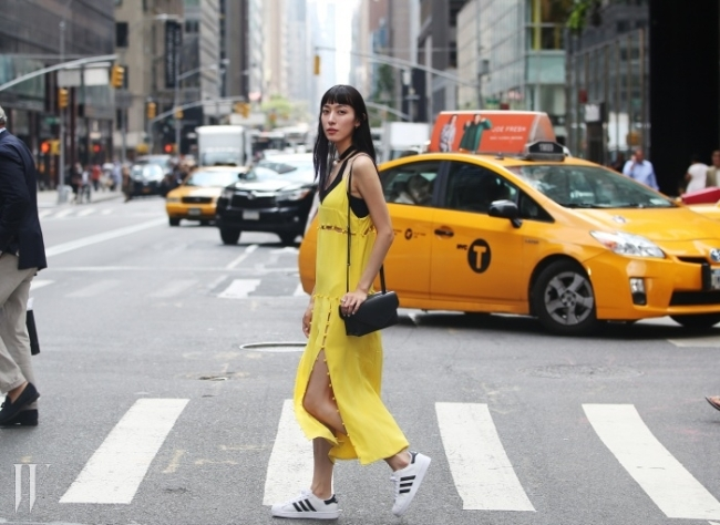 모델이자 믹샵의 디렉터로 활약, 다재다능한 모델의 시대를 견인하는 지현정! 이번엔 멀티숍 믹샵의 디렉터로서 2015 S/S 뉴욕 패션위크의 한복판에 뛰어들었다. 빼어난 스타일링 감각으로 무장한 채 뉴욕을 종횡무진 누빈 지현정의 패션위크 다이어리 그 첫 번째 이야기.