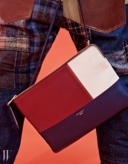 세 가지 색이 조합된 슬로니클러치는 유돈 초이와 협업한Beanpole Accessory, 다양한가죽과 패브릭이 패치워크된 데님팬츠는 Junya Watanabe 제품.