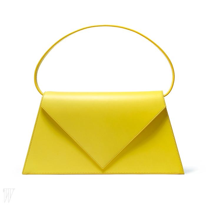 토털 니트 룩에는 간결한 가죽 핸드백이 잘 어울린다. 로에베 제품.