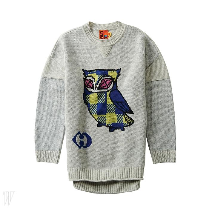 체크 패턴 부엉이 프린트가사랑스러운 니트 스웨터는 럭키슈에뜨제품. 24만8천원.