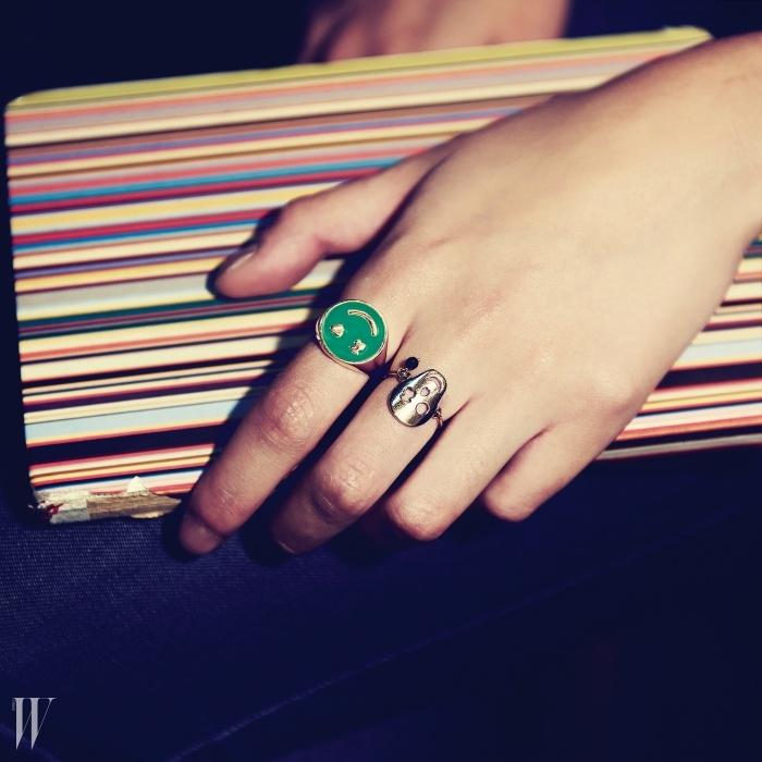 상큼한 초록색 스마일 반지는 22만9천원, 얇고,가늘게 가공된 해골 모양 반지는 15만9천원. 모두토스 제품.