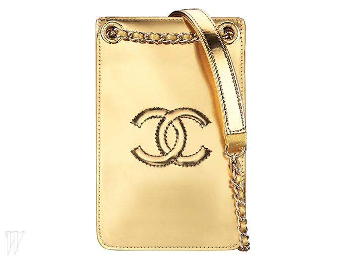 브랜드의 로고가 담긴 금색휴대폰 케이스는 샤넬 제품. 가격 미정.