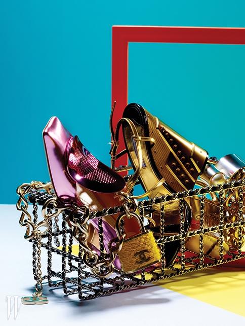 검정 가죽과 체인 장식의 위트 넘치는쇼핑 바구니 모티프의 백, 샤넬 로고를 더한트위드와 메탈 소재의 자물쇠 장식 체인목걸이들, 큼직한 인조 진주 장식의메탈 커프는 모두 Chanel, 레트로 무드를전하는 각진 실루엣과 메탈릭한 핑크색페이턴트 소재가 돋보이는 키튼힐 펌프스는Dior, 건축적인 금빛 굽이 특징인웨지힐은 Prada 제품.