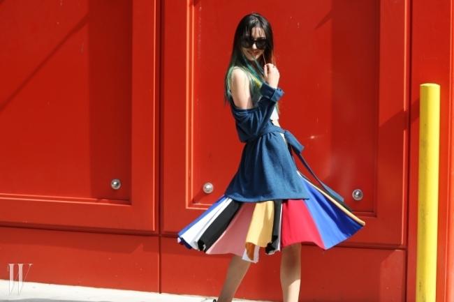 피터 솜 쇼장을 찾은 모델 아이린. 무지개 빛 스커트 스타일링이 헤어 컬러와 절묘하게 어우러졌다. 코트는 멜트, 스커트는 로우 클래식, 선글라스는 젠틀 몬스터 제품.