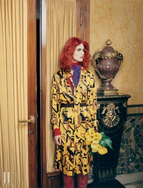 기하학적인 패턴의 노란색 드레스와붉은색 톱, 보라색 스카프는 모두 Prada,조형적인 목걸이는 Vicki Sarge,롱부츠는 Véronique Leroy 제품.벨트는 스타일리스트 소장품.BEAUTY NOTE :Chanel의 루즈 알뤼르 벨벳 라 센슈얼색상으로 레드립을 연출할 것.