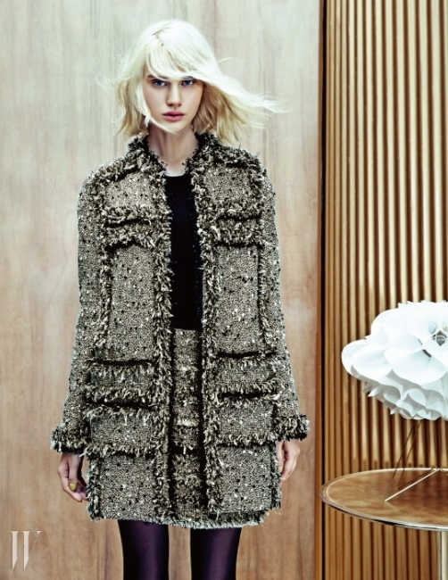 옷감의 텍스처를 살린 트위드 재킷과 스커트. 그리고 심플한 디자인의 블랙 이너웨어 모두 Obzéé 제품.