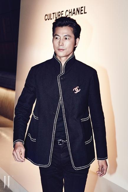 밀리터리풍의리넨 재킷 차림으로등장한 배우 정우성이포토콜을 마치고행사장으로 향하고 있다.