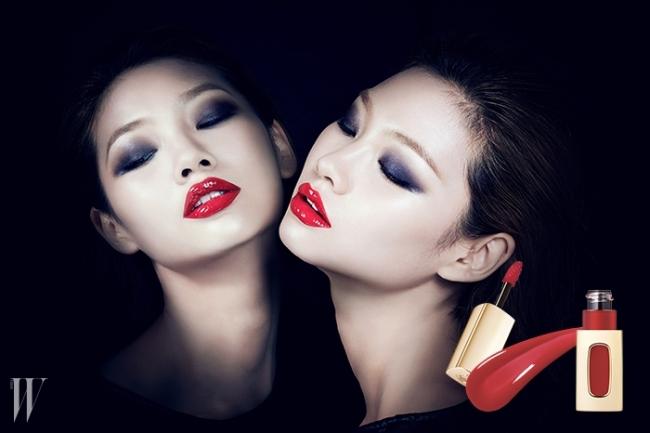SENSUAL RED여성의 관능미를 가장 돋보이게 하는 마법의 컬러, 레드.립글로스보다 반짝이면서 립 밤보다 부드럽게, 강렬한 색감을 부여하는코럴 레드 립 라커는 하나만으로도 매혹적인 룩을 충분히 완성한다.베이스 메이크업은 평소보다 한 톤 정도 밝게 연출하고,로레알파리 르 엑스트라오디네어 립 라커301호 Rouge Soprano를 발라 레드의 풍부한 색감을 살렸다.it item로레알파리 르 엑스트라오디네어 립 라커.강렬한 색감과 숨막힐 듯한 반짝임을 선사하는 오일 베이스 립 라커.301번Rouge Soprano. 5.5ml 1만9천원대